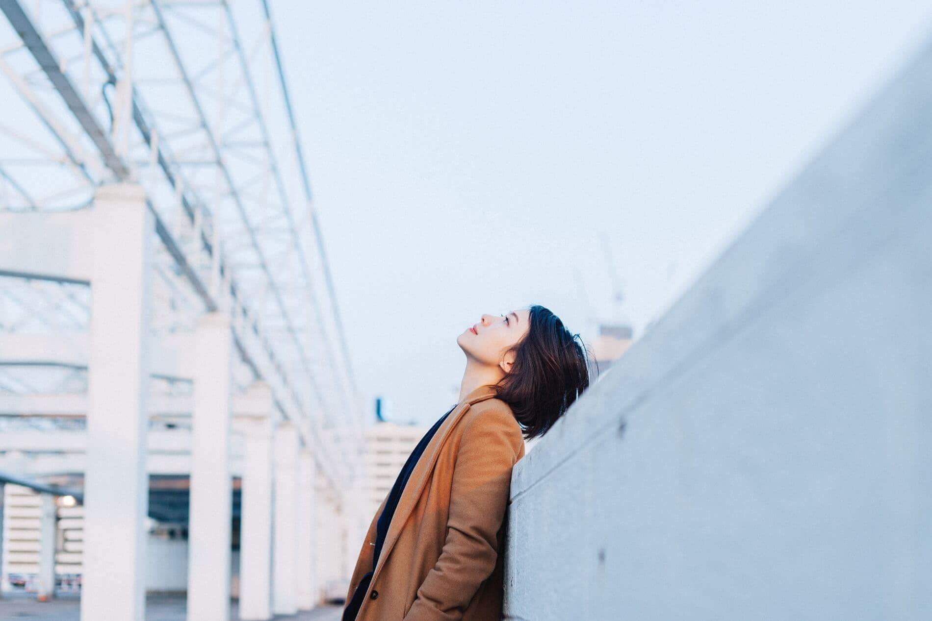 Mujer mirando hacia arriba