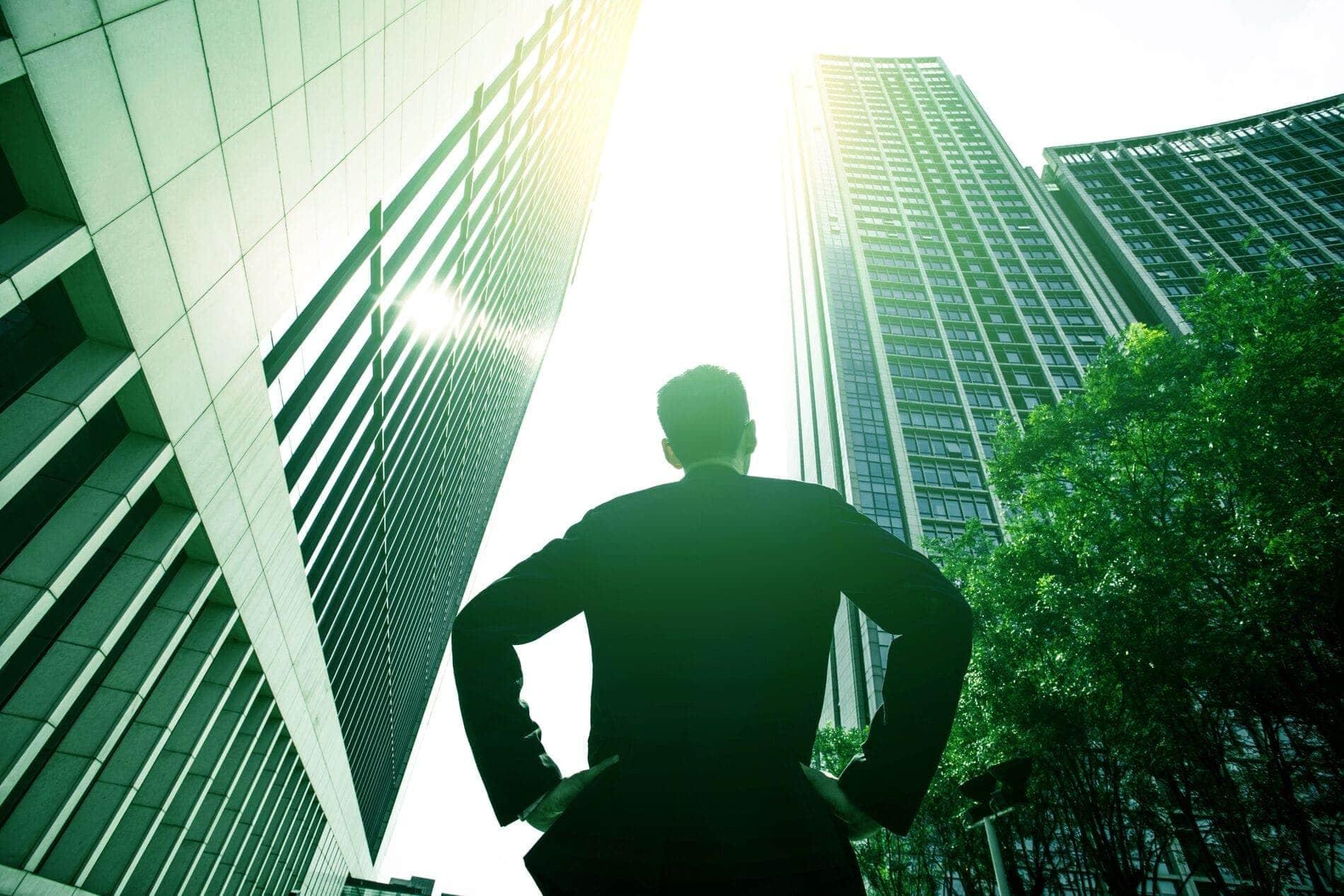 Hombre mirando rascacielos