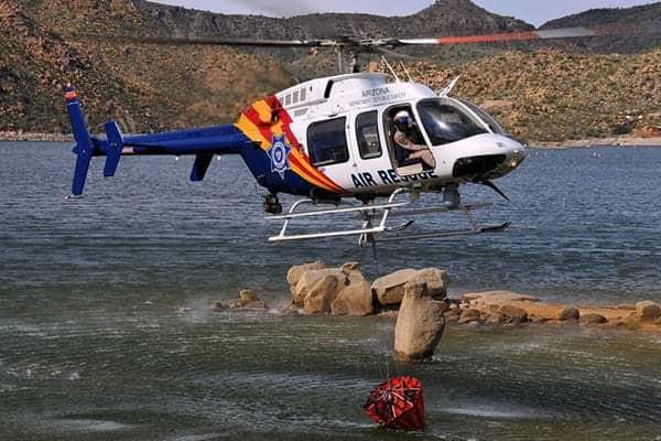 Bell 407 bajo sobre el agua