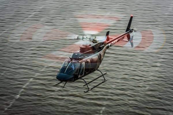 Helicóptero Bell 407 sobre el agua