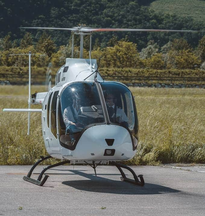 Vista de la nariz del Elicompany Bell 505 en tierra