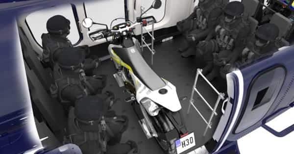 Interior del Bell 525 mostrando motocicleta