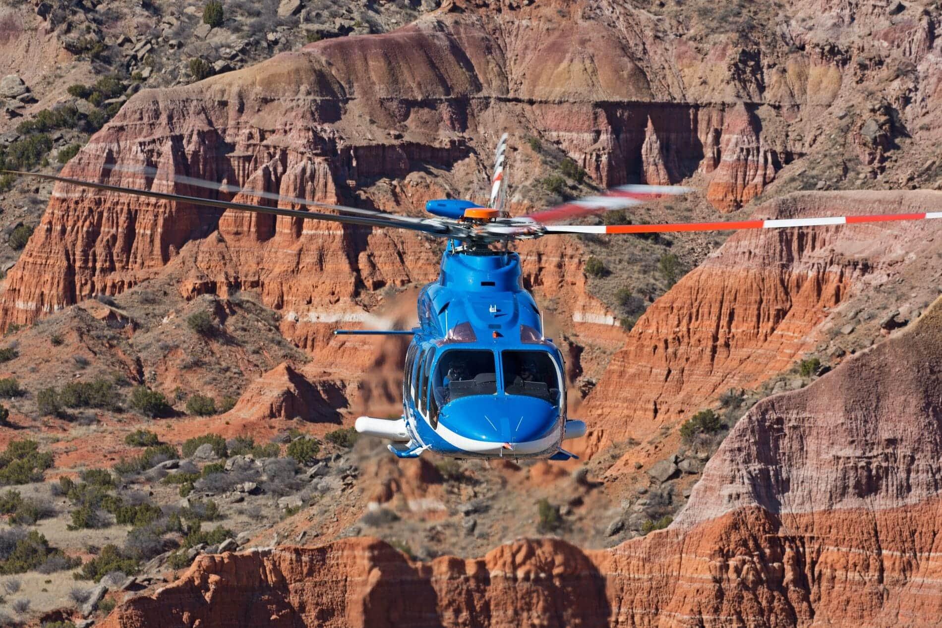 Bell 525 sobre montañas del desierto