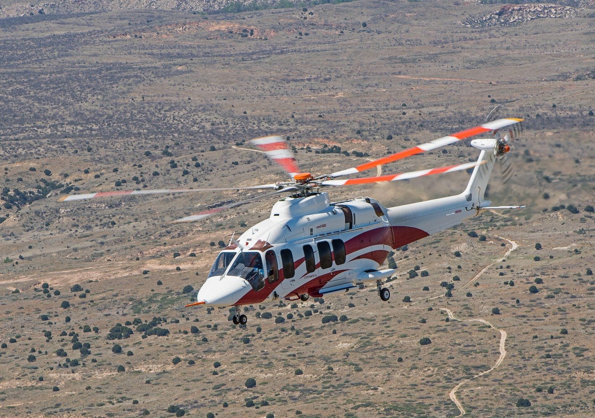 Bell 525 blanco en vuelo sobre el desierto