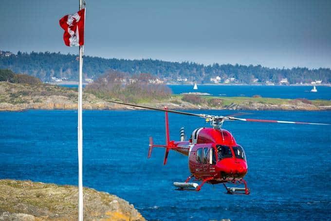 Helicóptero Bell 429 de la Guardia Costera sobrevolando el agua