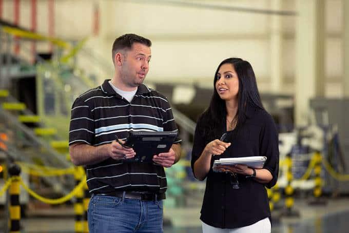 Dos empleados de Bell resolviendo problemas.